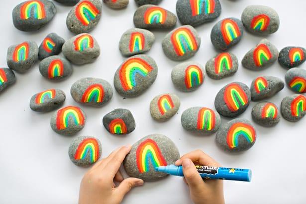 pyssel, barnpyssel, pyssel för barn, aktiviteter, regnbåge, regnbågar, regnbågspyssel, pyssla med stenar, måla på stenar