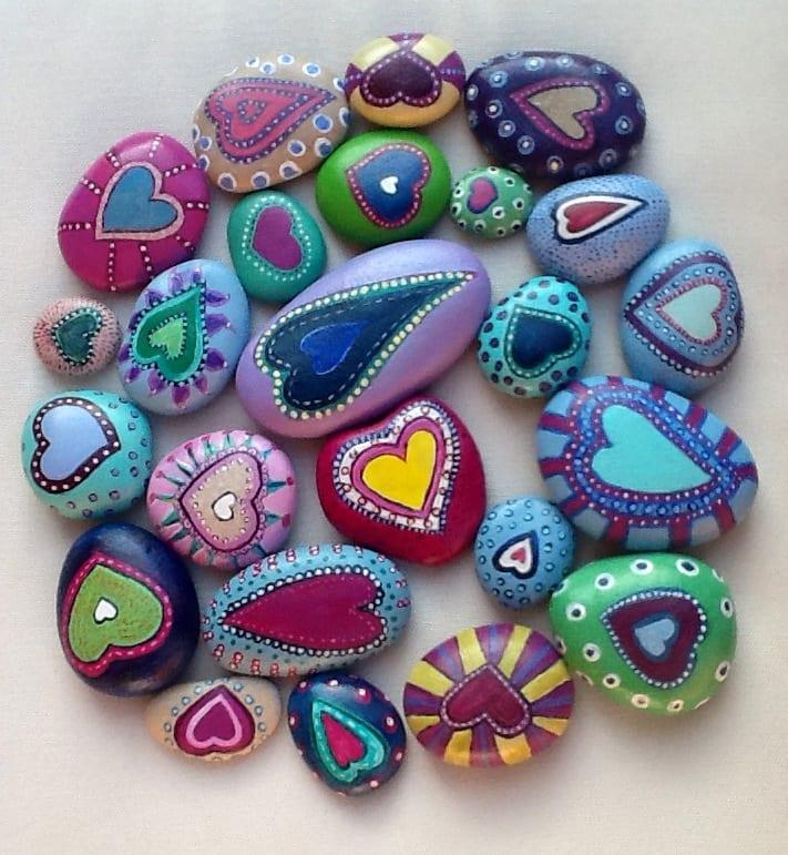 pyssel, barnpyssel, pyssel för barn, aktiviteter, alla hjärtans dag, pysseltips, pysselidé, idéer, måla på stenar, slappna av, stressa ner, avslappningsstenar