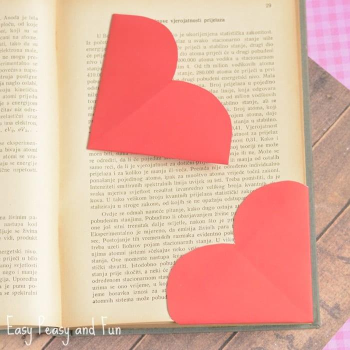pyssel, barnpyssel, pyssel för barn, aktiviteter, alla hjärtans dag, pysseltips, pysselidé, idéer, vika papper, origami, hjärta, bokmärke, hjärtformat bokmärke