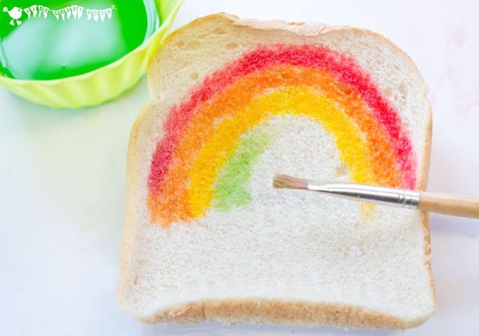pyssel, barnpyssel, pyssel för barn, aktiviteter, regnbåge, regnbågar, regnbågspyssel, måla på bröd, recept, ätbara färger, färger man kan äta