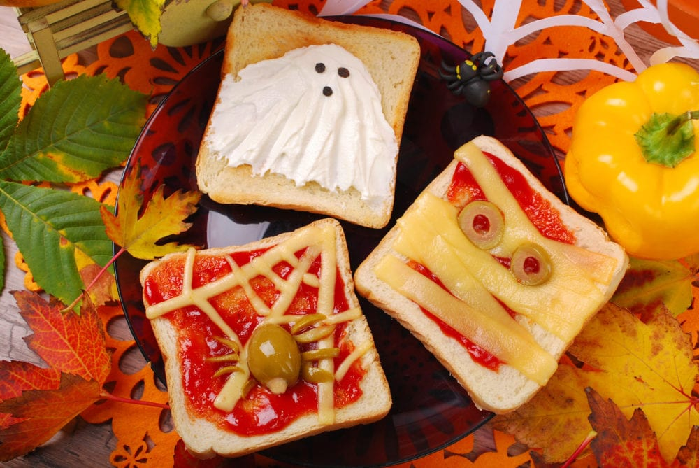 recept, kreativ mat, pyssel, barnpyssel, roliga mackor, roliga smörgåsar, halloween, halloweenpyssel, spöke, spindel, mumie, ost, oliver, ketchup, varma mackor