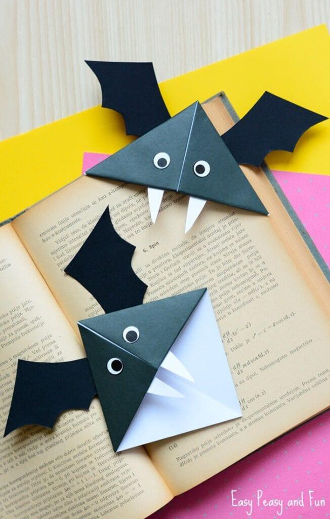 pyssel, pysseltips, pysselidé, barnpyssel, pyssel för barn, halloween, halloweenpyssel, skapa, fladdermöss, fladdermus, papper, färgat papper, svart papper, papperspyssel, pyssla med papper, vika papper, vika bokmärke, bokmärke, origami