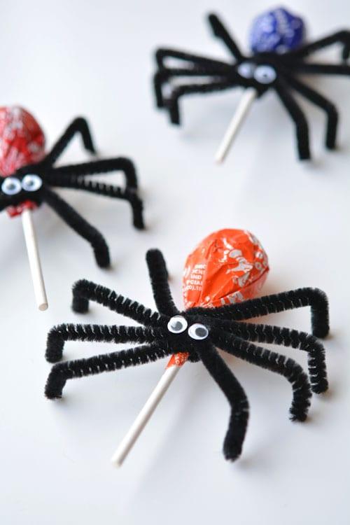pyssel, pysseltips, pysselidé, barnpyssel, pyssel för barn, halloween, halloweenpyssel, skapa, spindel, spindlar, piprensare, klubba, klubbor, roligt halloweengodis, halloween godis