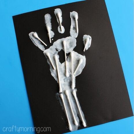 pyssel, pyssel för barn, barnpyssel, anatomi, människokroppen, experiment, anatomi, skelettet, skeletthand, handen, armen, ben i handen, ben i armen, pyssla med tops, pyssla med bomullspinnar, handavtryck