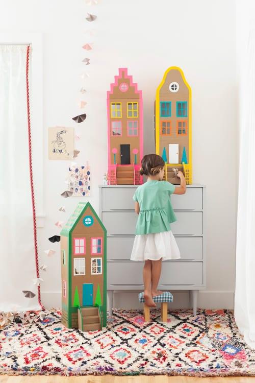 barnpyssel, lekmiljöer, lekrum, barnrum, diy, pyssel, pysseltips, kartong, dockhus, dockskåp, Barbie hus, barbiehus, gör ett eget dockhus