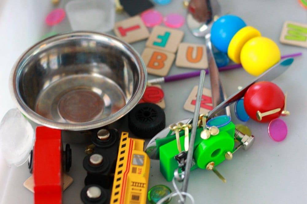 barn, barnlekar, lekar för barn, sensorisk lek, sinneslåda, sinneslådor, sensoriska lekar, stimulera barns sinnen, magneter