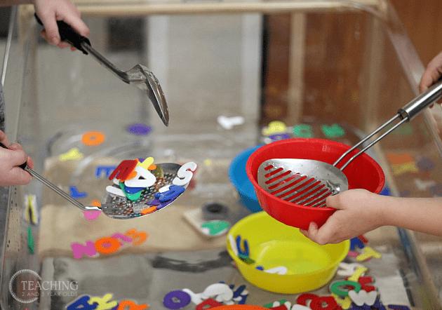 barn, barnlekar, lekar för barn, sensorisk lek, sinneslåda, sinneslådor, sensoriska lekar, stimulera barns sinnen, lära sig alfabetet