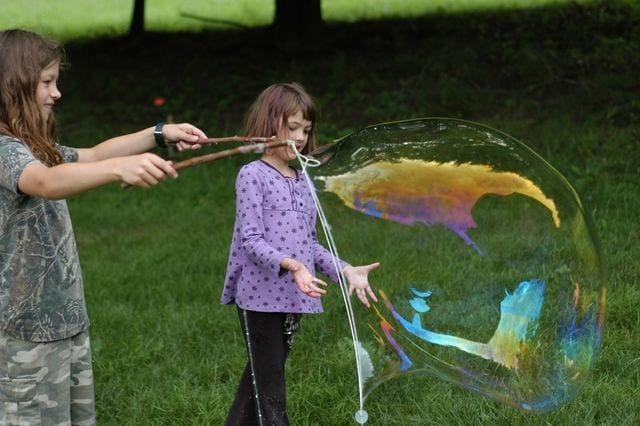 sommaraktiviteter, barnpyssel, barnaktiviteter, blåsa såpbubblor, gigantiska såpbubblor