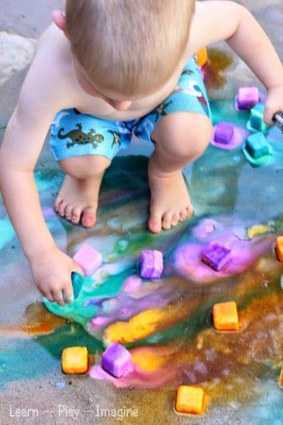 sommaraktiviteter, barnpyssel, måla med is, måla på asfalt, asfaltskritor