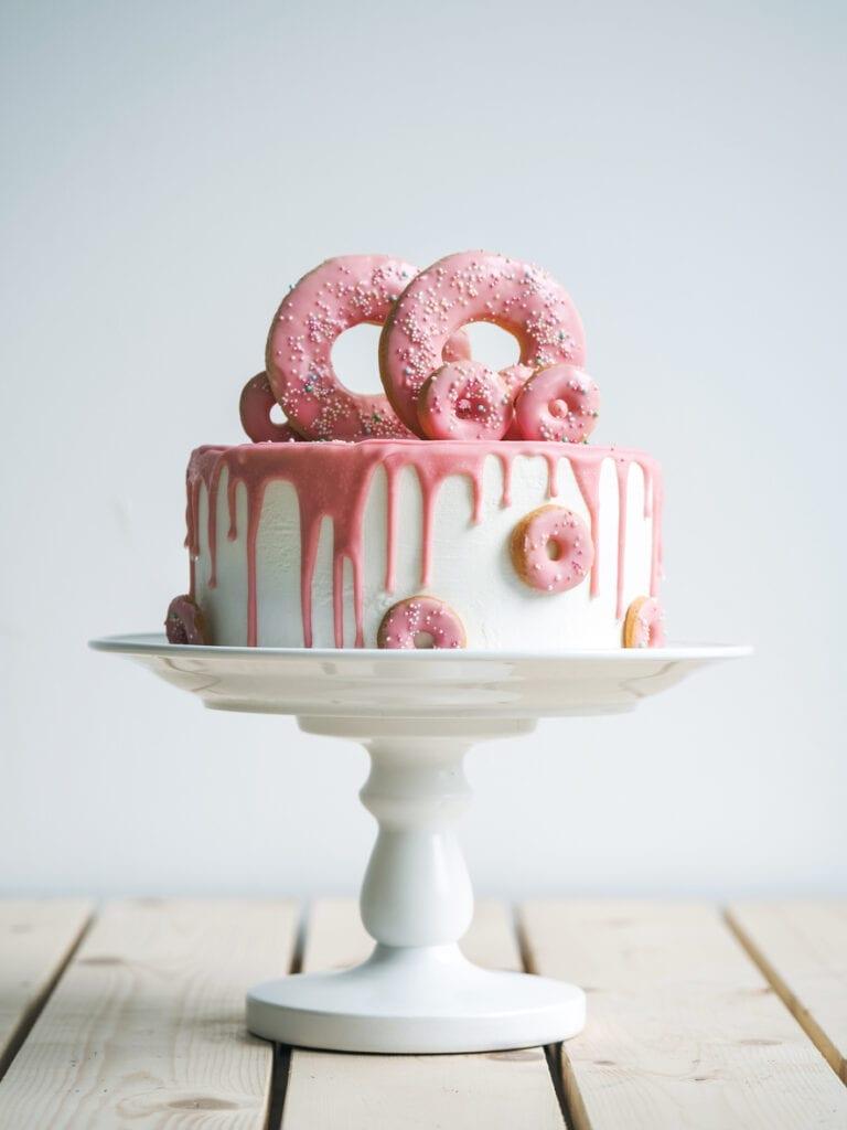 rosa drip cake, donuts på tårta, rosa donuts