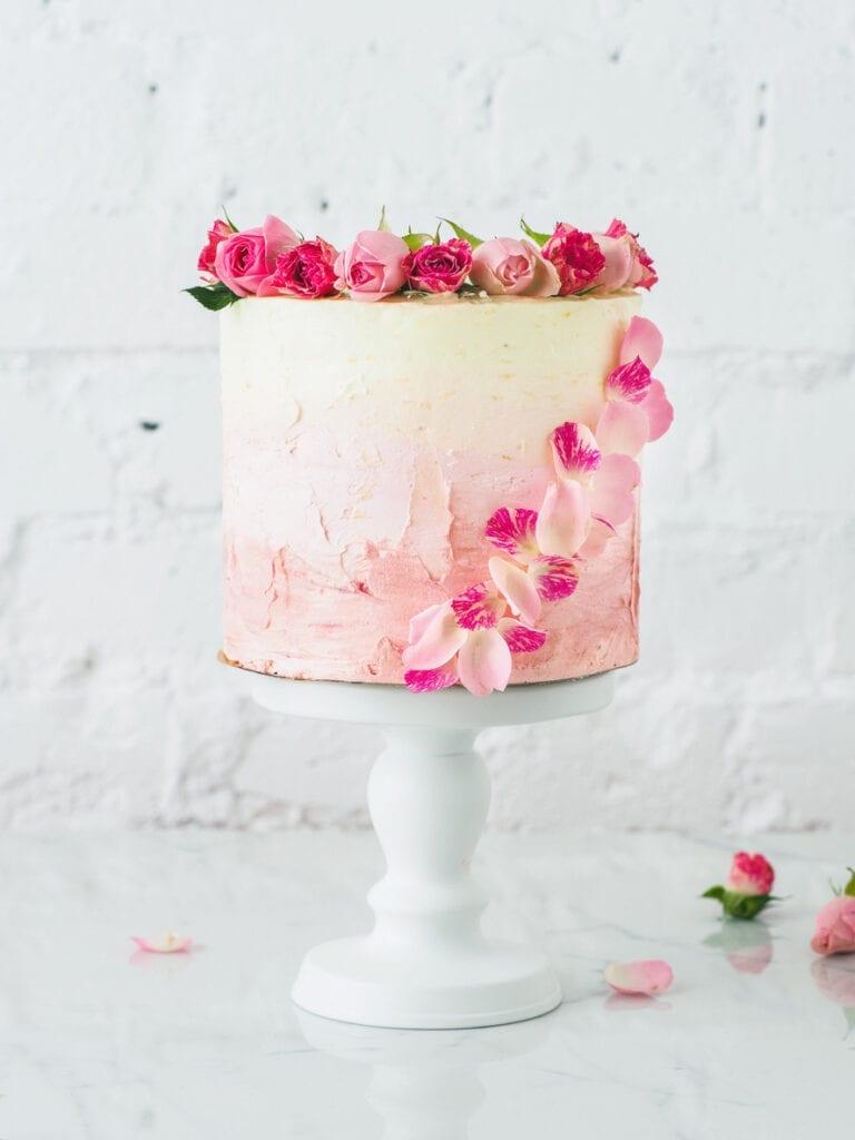 tårta med blommor, bröllopstårta, rosa tårta, tårta med ombre-effekt