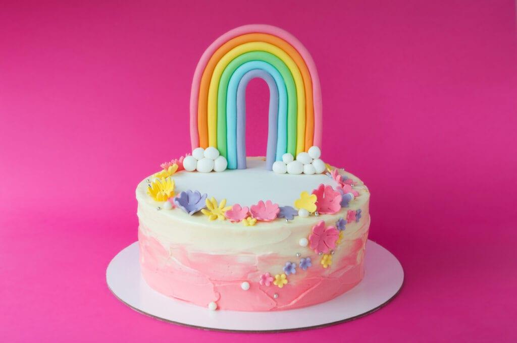 tårta med regnbåge, tårtdekorationer av sugarpaste, göra regnbåge av sugar paste