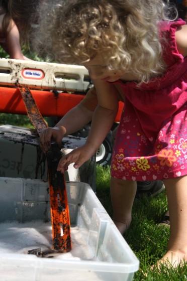 utomhuslekar, barnpyssel, leka med lera