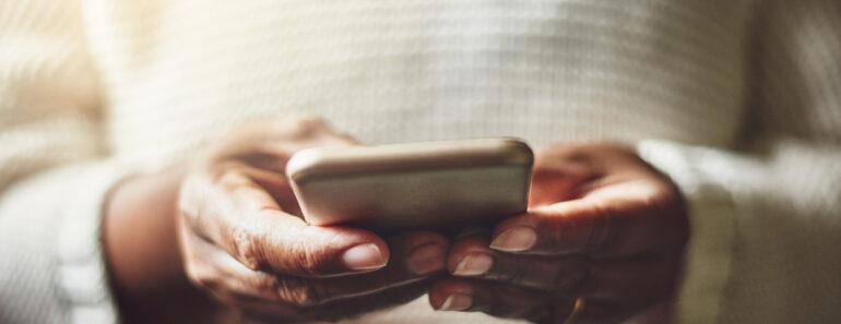 kvinna spelar på mobilcasino