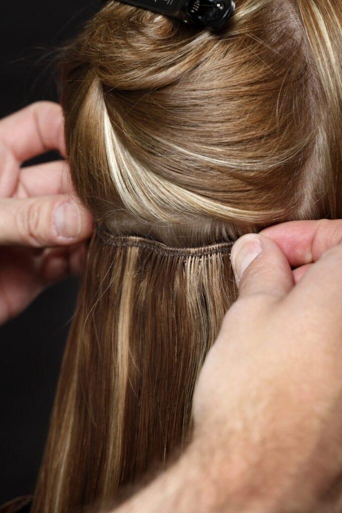 göra hårförlängning på salong
